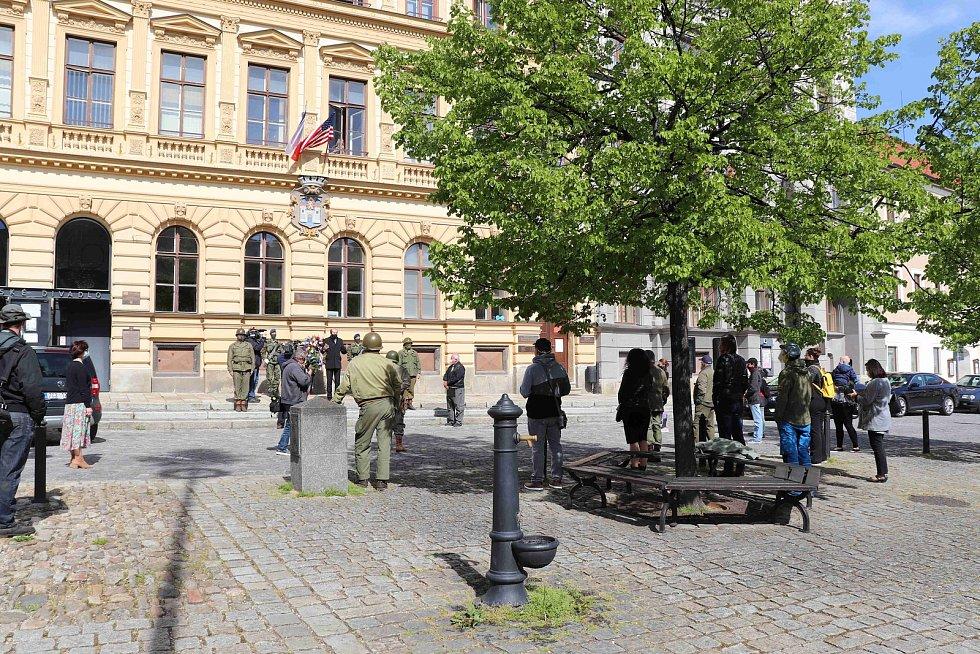 Odhalení pamětní desky na prachatickém Velkém náměstí. Bude připomínat osvobození ameriskou armádou.