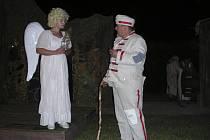 ANDĚL A DRAGOUN KABÁT. Nejen na Kratochvíli bavil divadelní spolek TYL.  Představení Hrátky s čertem a Lucerna hráli herci například  v Hlavatcích, Vadkově či Jámě.
