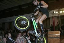 BIKETRIALOVÁ SHOW. Doprovodný program galavečera vyplnil mimo jiných biketrialista Tomáš Zedek. Při jeho kouscích mnoha přítomným tuhla krev v žilách, když se doslova proháněl nad hlavami diváků v předních řadách.