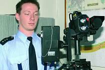 MĚŘÍCÍ ZAŘÍZENÍ. Přístroj, který dokáže vyhotovit digitální fotografii, představuje asistent nadstrážmistr Michal Vlachynský z prachatického dopravního inspektorátu.