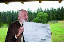 VELKÝ PROJEKT. Vedoucí programu Miloš Juha představil, jak by měla vypadat návštěvnická centra na Šumavě. Za jeho zády je obůrka, kde budou návštěvníci pozorovat lesní zvěř.