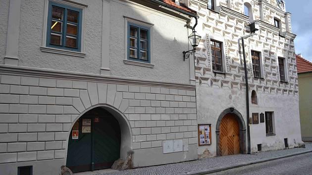 Prachatice, Husova ulice, Městská knihovna. Ilustrační foto