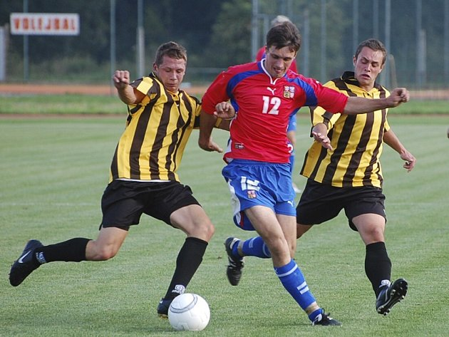 REPREZENTACE. Michal Chvosta ze čtvrteční přípravy výběru v Blatné (výběr vyhrál 3:0) je na snímku uprostřed.