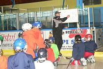 Trenér Kašpar vysvětluje Myšákům herní cvičení.