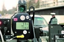 POSVÍTÍ SI NA ŘIDIČE. Všichni strážníci vimperské městské policie mají za sebou školení na obsluhování nového laserového radaru. Ještě včera ale do ulic vyráželi bez něho, jejich vrchní strážník Pavel Dub nejprve musí připravit potřebné podklady.