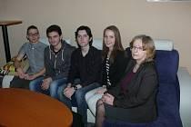Anglickou zkoušku má čtveřice studentů už za sebou. Dovedla je k ní jejich vyučující Libuše Tesařová (vpravo).