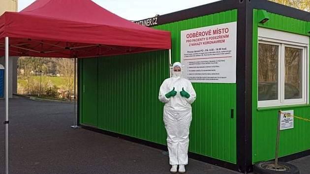 Kristýna Klíčová je jednou ze sestřiček, které odebírají vzorky pacientů s podezřením na koronavir.