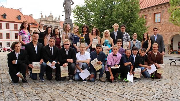 Deváťáci ze Zlaté stezky při přebírání pamětních listů z rukou starosty Martina Malého.