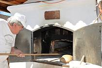 Pečení ve volarské muzejní peci.