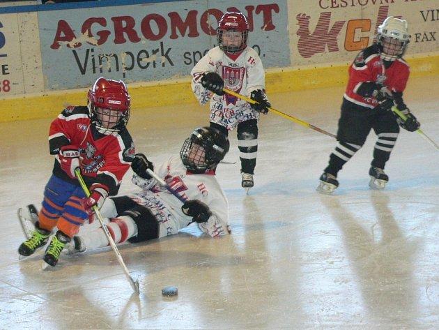 Vimperské druháky (v červeném) čekaly zápasy s HC Č. Budějovice a Veselím nad Lužnicí.