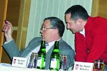ODEPSALI POHLEDÁVKU. Na snímku diskutuje místostarosta Bohumil Petrášek (vlevo) se zastupitelem Martinem Paštikou.