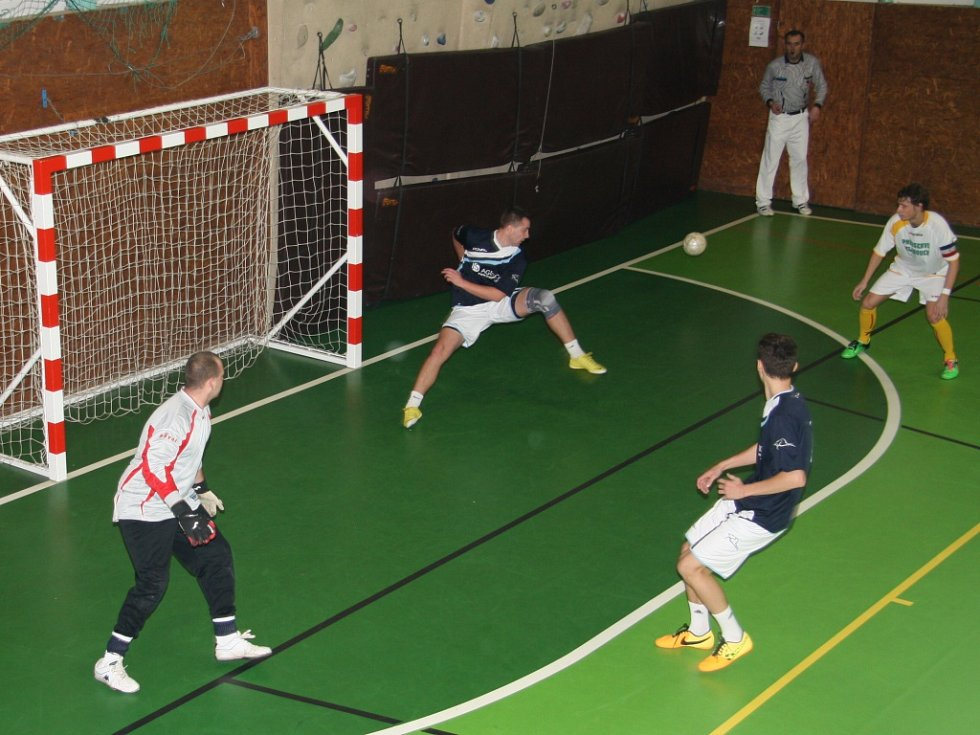 V sobotu 17. ledna se ve sportovní hale v Prachaticích odehrály zápasy krajského finále Českého poháru futsal sálové kopané. Foto z utkání SK Strabag  PT - Bombarďáci Větřní.