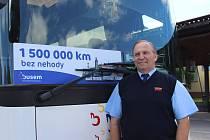 Milan Vácha má za sebou jeden a půl milionu kilometrů bez nehody. Popřálo mu vedení firmy i zástupci Policie ČR.