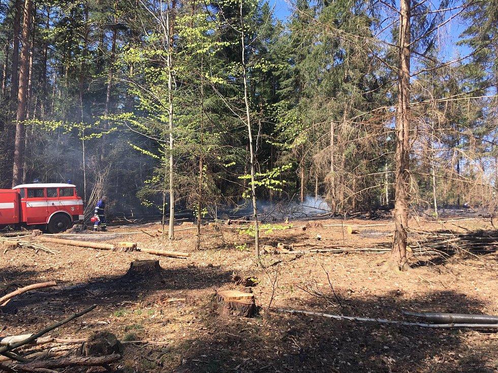 U požáru lesa u obce Ktiš na Prachaticku vyhlásili hasiči druhý stupeň požárního poplachu.