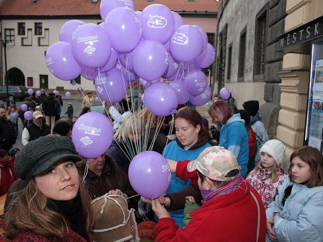 Také v Prachaticích se v pátek odpoledne vznesly k nebi balonky a na nich přivázaná přání pro Ježíška.