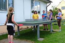 Děti si stolní tenis velmi oblíbily.