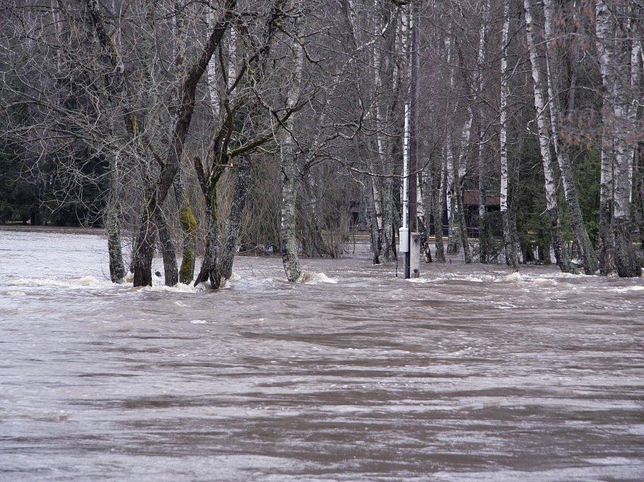 Rozvodněná Vltava.