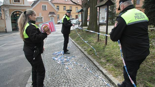 Městská policie Prachatice provádí opatření, aby lidé nemohli vstupovat do Štěpánčina parku.