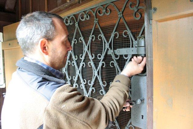 I když nadále zůstává vstupní mříž do kaple uzamčena, oprava Stožecké kaple skončila. Zbývají už jen poslední detaily. Cedulky upozorňující veřejnost na opravy tak už mohl starosta Martin Černý v pátek sundat.