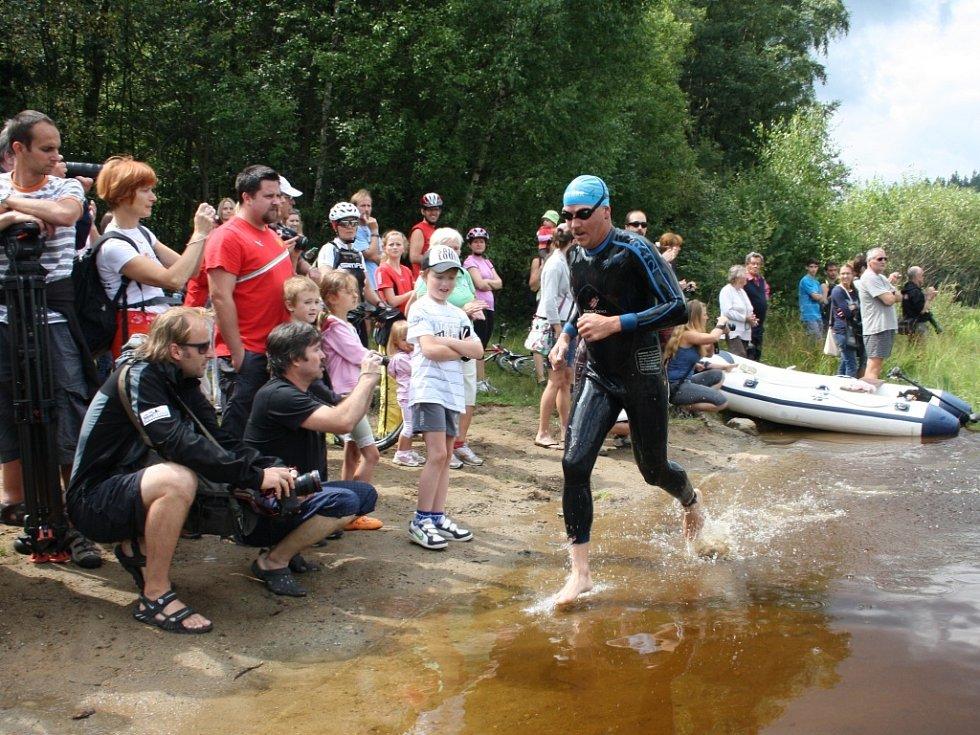 První závodník má za sebou první kolo plavání.