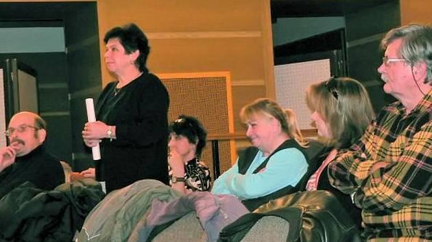 KNIHOVNICE JSOU PROTI. Na veřejné zasedání zastupitelů přišla i vedoucí knihovny Milada Šmídová (stojící uprostřed), která argumentovala proti vybraným prostorům.