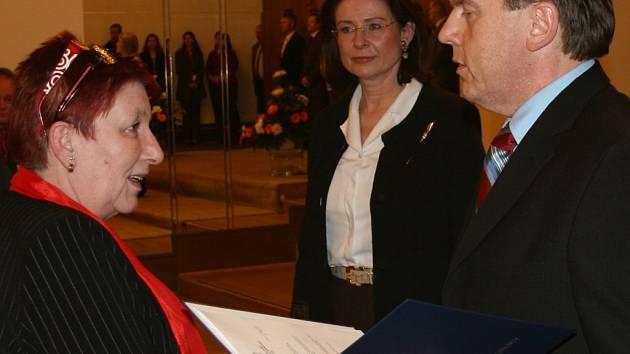 Vimperská strarostka Stanislava Chumanová přebírá dekret na vlajku.