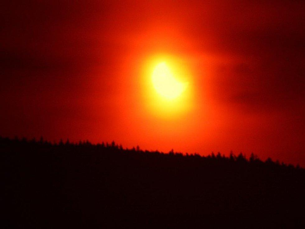 Včera bylo k vidění částečné zatmění slunce.