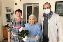 Marie Černochová (v modrém) byla navržena na ocenění SENZAČNÍ SENIORKA, na cenu, kterou vyhlašuje Nadace Charty 77 a projekt SenSen k Mezinárodnímu dni seniorů. Získala diplom senzační seniorka 2020 za svoji dlouhodobou podporu Obce baráčníků Vitoraz Prac