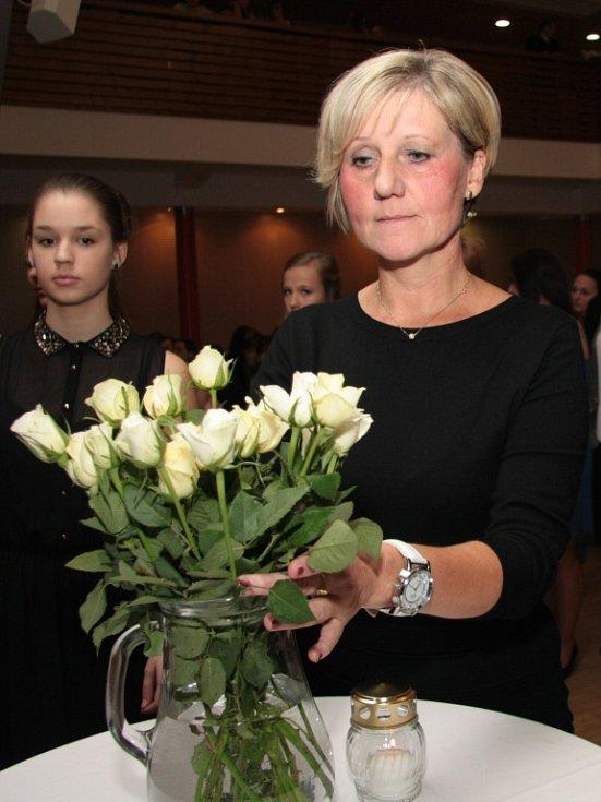 Sobotní slavnostní večer byl zčásti poznamenán pátečním teroristickým útokem v Paříži. Minutou ticha a symbolickou bílou růží si přítomní uctili památku obětí útoků.