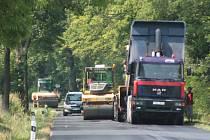 Modernizace povrchu silnice II/145 v úseku Hracholusky - Kratochvíle právě končí.