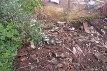 Část stavební suti se zastavila o plot. Velkou část měl Roman Buš na svém dvoře a něco se dostalo také do obytných prostorů jeho domu.