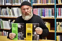 Jaroslav Pulkrábek s knihami o Králi Šumavy.