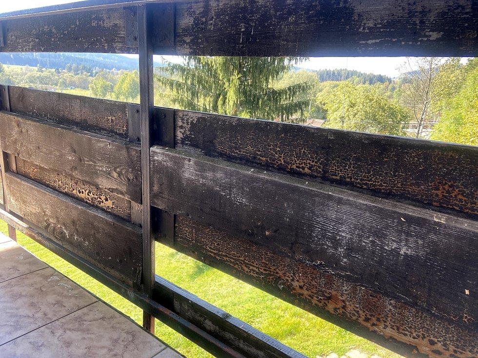 Pohled na ohořelé zábradlí balkonu u manželů Pevných.