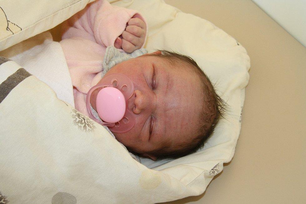 LAURA JUNGBAUEROVÁ, MIČOVICE. Narodila se v neděli 14. února v 5 hodin a 25 minut v prachatické porodnici. Vážila 3070 gramů. Vyrůstat bude se dvěma staršími sestrami Natálkou (10 let) a Aničkou (7 let). Rodiče: Jitka a Tomáš Jungbauerovi.