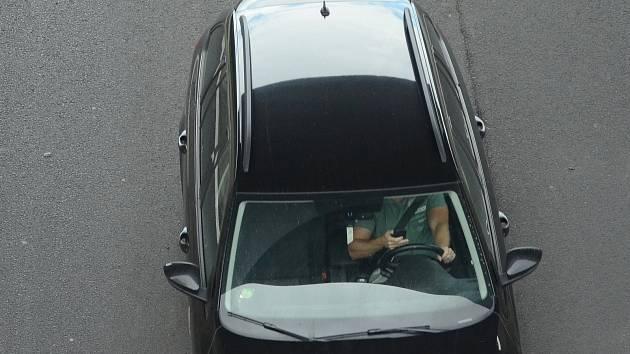 Používání mobilního telefonu během jízdy bez použití handsfree je stále častým přestupkem. Policisté se na porušování pravidel v příštích dvou dnech zaměří.
