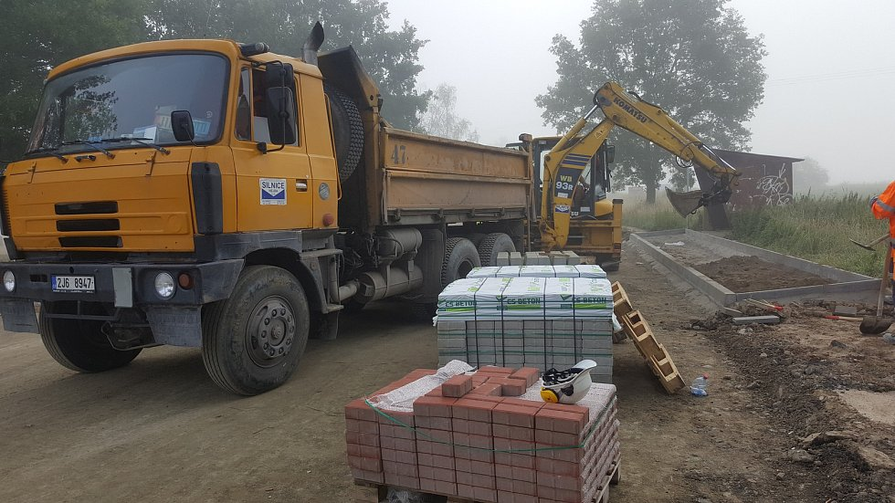 Opravy silnice z Češnovic na Němčice běží podle plánu. První tři kilometry jsou připraveny pro položení asfaltu.