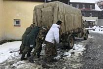 Vojáci dorazili do Kvildy. V sobotu se bojovat bude. Sníh je nezastaví.