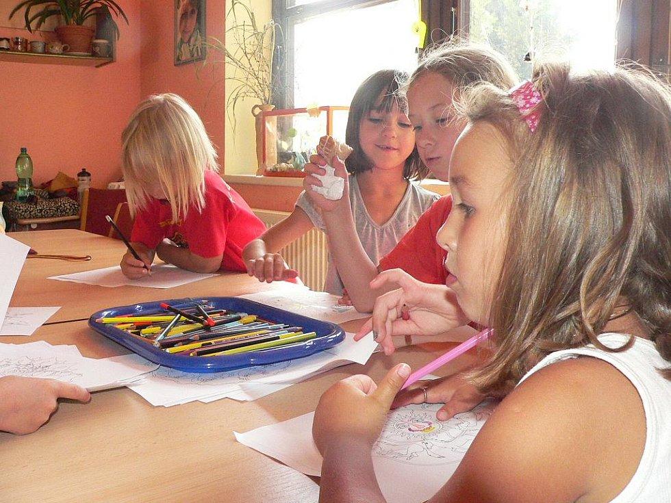 LETNÍ TÁBOR V DDM. Od osmi hodin ráno do čtyř odpoledne jsou otevřeny dveře vily Domu dětí a mládeže v Prachaticích pro děti, které se účastní místního tábora. Středečním dopoledním programem byla tvořivá dílna.