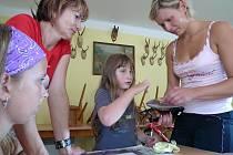 Děti se učily batikovat papíry.