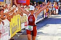 VÍTĚZSTVÍ. Šárka Grabmüllerová vbíhá do cíle závodu, slavila další své vítězství.
