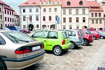 Od srpna se bude parkovat už jen na jedné půlce náměstí.