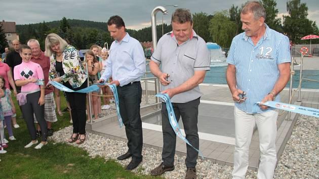 V úterý slavnostně ve Vimperku otevřeli první etapu areálu vodních sportů. Nové bazény našly v tropických dnech okamžitě své využití.