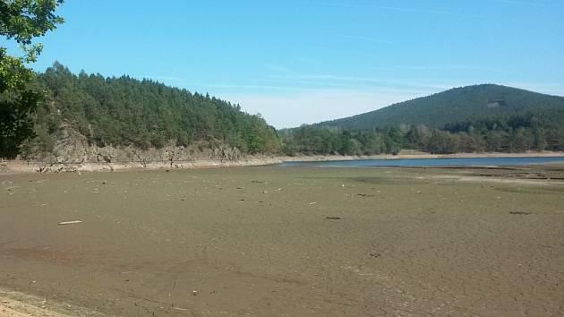 Vody v Blanici je skutečně málo. není to znát jen u hráze husinecké přehrady, ale hlavně na vtoku do přehrady.