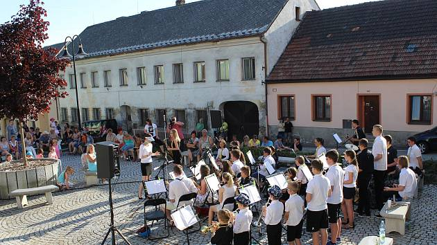Volarští muzikanti vyhrávali v ulicích, mezi tím otevřeli ZUŠku pro nové studenty, kteří si ji mohli prohlédnout a zapsat se ke studiu hudby.