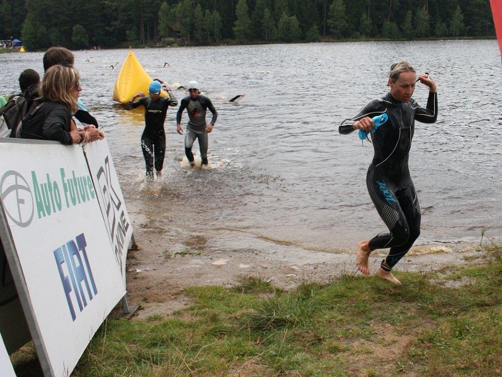 Po druhém kole plavání je zpět na břehu i Helena Erbenová.