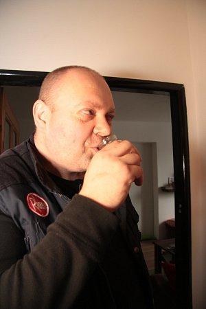 'Je nezávadná,' řekl Kamil Sedlecký a potvrdil svá slova tím, že se napil.