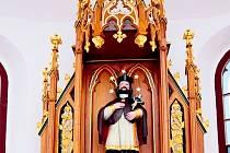 Zrestaurovaný oltář v Kahově.