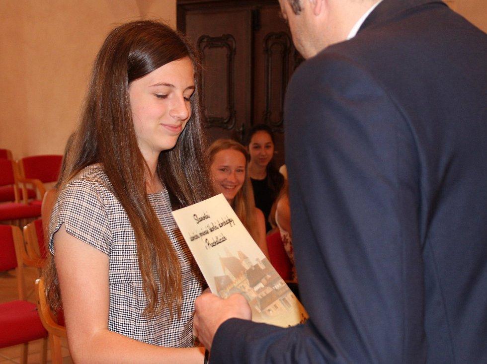 Studenti kvarty prachatického gymnázia převzali v Radničním sále z rukou starosty Martina Malého pamětní listy. Na snímku Johana Kůsová.