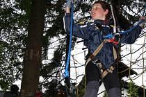 MLADÍ HOROLEZCI. Děti si v lanovém centru na Zadově vyzkoušely, jaké je to být horolezcem. Všichni si užili spoustu legrace.