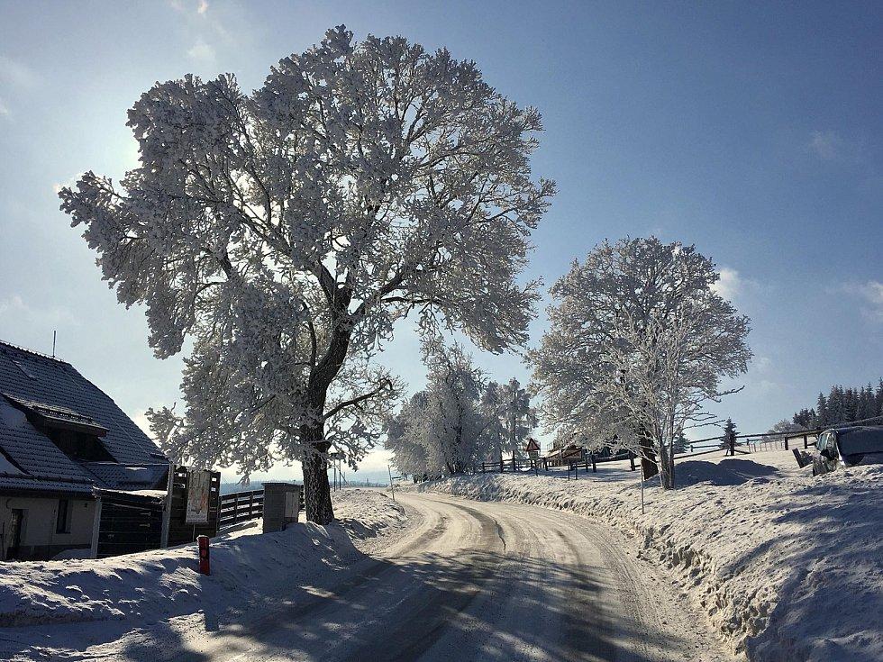 Na jihočeských horách panuje idylické počasí, o víkendu napadlo asi čtvrt metru sněhu. Snímek je z Kvildy.